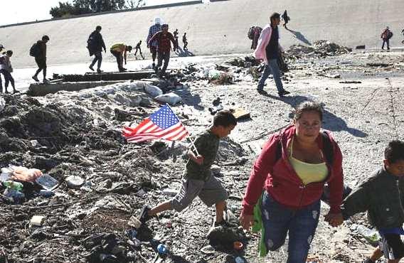 Мигранты из Мексики штурмовали границу США