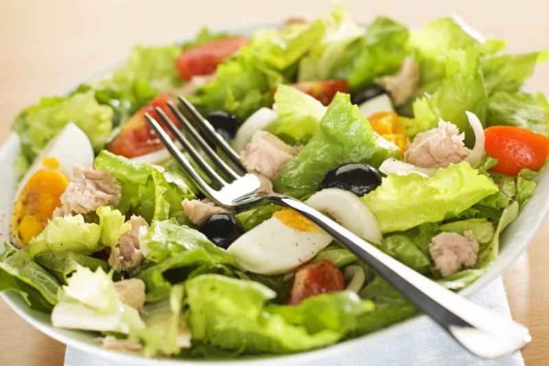 Простые блюда для домашнего застолья: лазанья и салат с тунцом